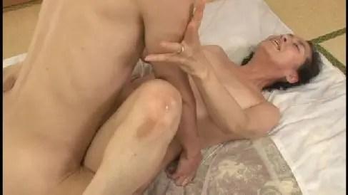しわしわな顔の熟女が夫や息子とセックスで絶叫しながら悶える高齢なおばさん動画
