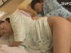父親の寝ている隣で息子のちんこが母のおまんこに偶然挿入されて息子と近親相姦しちゃうおばさんの動画