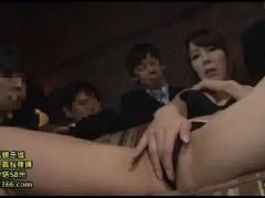 美人な熟女女優澤村レイコが男達に囲まれ連続中出しされながら恍惚な表情で悶えるおばさんの動画