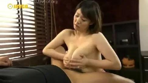爆乳な人妻が母乳をまき散らしながら敏感に感じてイキまくるおばさんの動画