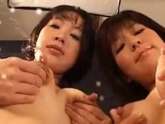 ちんこをパイズリしながら母乳まみれにしちゃう熟女セックス動画