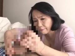 田舎に住む豊満熟女の母親が息子を夜這いしていく熟女セックス動画