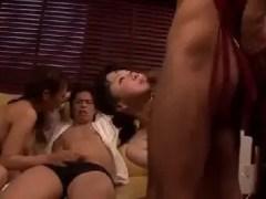 お互いの夫を交換してスワッピングしていく中年夫婦のセックス動画