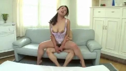 三十路の美熟女が夫婦生活で満足出来ずにAV初撮りで乱れる熟女セックス動画
