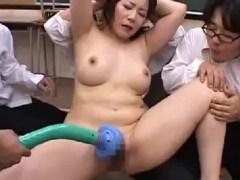 豊満な熟女の女教師が生徒達に性奴隷にされていく熟女セックス動画