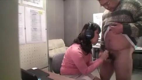 モザイク処理のアルバイトに来た熟女がムラムラ発情し親父のちんこを咥えていく一部始終を盗撮した熟女セックス動画