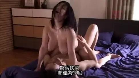 巨乳な人妻が男に犯されながら夫の前で体を仰け反らせて悶える熟女セックス動画