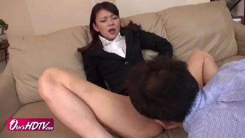 スレンダーなクレーム係の美女が客におまんこを差し出しご奉仕していく無修正熟女動画