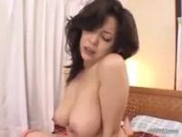 友崎亜希が快感に喘ぎまくるおばさん動画