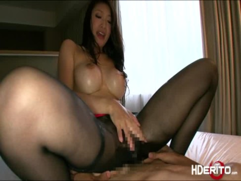 真性痴女の小早川怜子がとんでもない淫乱ぷりを発揮!騎乗位で笑みを浮かべて腰を振り中出しさせてからの手コキ攻めで男の潮吹きさせてるおばさんの動画
