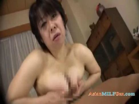 普通の主婦をしてる近所のおばさんが男根んが大好きな超淫乱女でおめこを簡単に広げてる熟女動画無料投稿