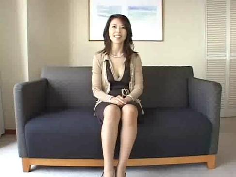 マダム系五十路熟女が欲求不満でポルノビデオ出演する長編のオバチャンノ-パン