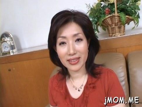 五十路の素人おばさんが自宅でポルノビデオ出演しておめこしてるオバチャンノ-パン