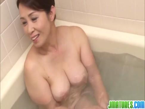 熟年女優の暮町ゆうこが風呂場で淫行!若くて元気なチンポを笑顔でフェラチオやパイズリしてる豊満完熟動画