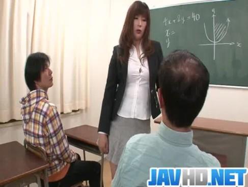 長身淫乱熟年女教師が生徒達を痴女攻め!淫語を連発しながらチンポを弄りまくってるおばさんの動画