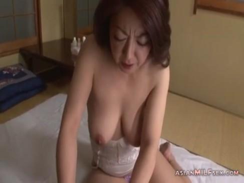 鬼畜息子に犯される50代の熟年女お母さんのjyukujo無料!強制イラマチオで唾液まみれになっちゃうおばさんの動画