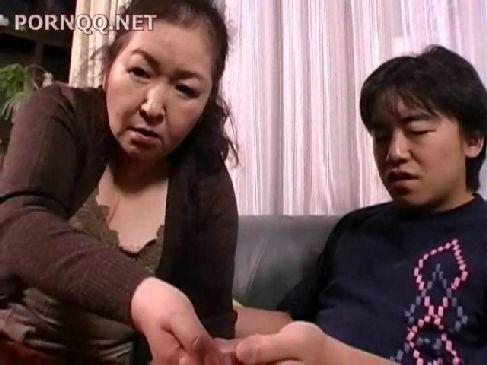 昭和の60歳豊満熟女母は息子に襲い掛かり近親相姦する老女のだらしない体とおめこをたっぷりと堪能できるおばさんとの体験 動画