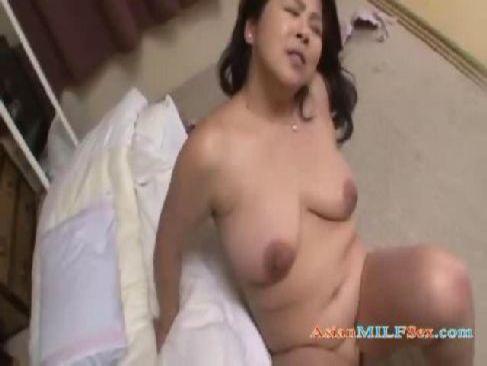 五十路の完熟した中高年の夫婦が就寝前に激しいセックスで絶頂するおばさんの動画50代無料