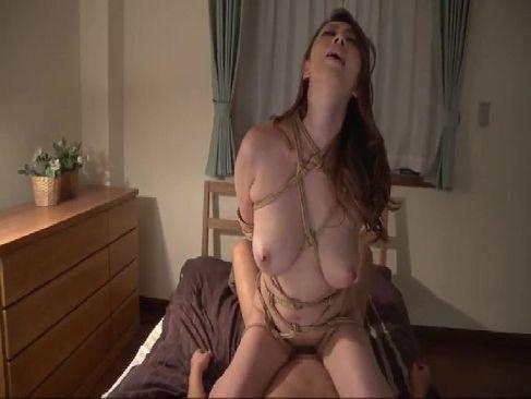 熟年夫婦の夜の生活で緊縛して激しいセックスをする五十路熟女妻が抜けるおばさんの陰核