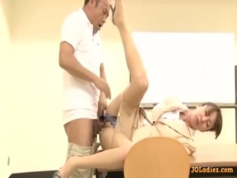 放課後の教室で用務員のおじさんと激しくセックスする長身熟年女教師!激ピストンでおまんこを突かれ悶えるおばさんの動画