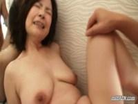50代後半の垂れ乳熟年女が激しいピストンでガチイキ!地味系のルックスと締まりのない身体がフェチには堪らないおばさんの動画