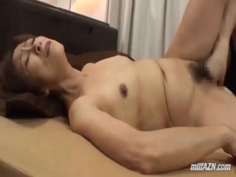 60代の完熟系熟年女がご無沙汰なセックスで大興奮!黒ずみおまんこを弄られて悶えてるおばさんの動画60代無料