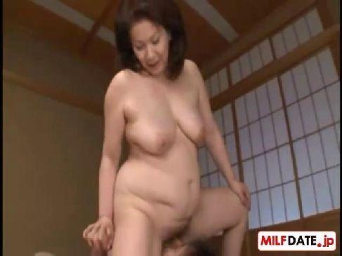 アダルトビデオ熟年女系女優の岩崎千鶴が田舎の民家で激しく性交為でおめこに中出しされるおばさんの陰核無料隠語
