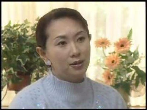 お淑やかそうな50歳の熟女母親が勉強に励む息子を応援する為に近親相姦してる日活ロマン無料おばさん動画