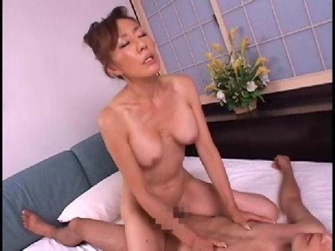 六十路の垂れ乳おばあさんが激しく性交をして黒ずみおめこを嵌められてる日活ロマン無料おばさん動画