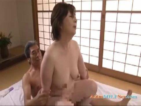 昭和の普通の熟年夫婦が昼間から濃厚な性交をして膣奥を突いてるおばさん無料動画