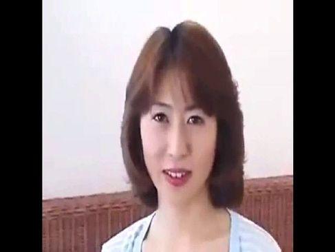 昭和の熟女人妻が意を決してポルノビデオ体験して男優の巨根で絶頂するじュクじょ kiss