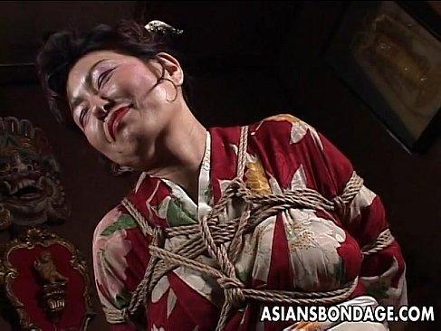 還暦の田舎の老婆が着物姿のまま緊縛され快感に笑顔を見せてるじュクじょ kiss