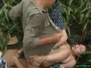 農作業中に生セックスする変態熟女のおばさん動画無料