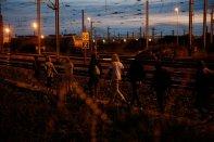 migrants-walk-along-tracks