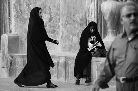 TwoWomenOneManIsfahan_2000_100dpi
