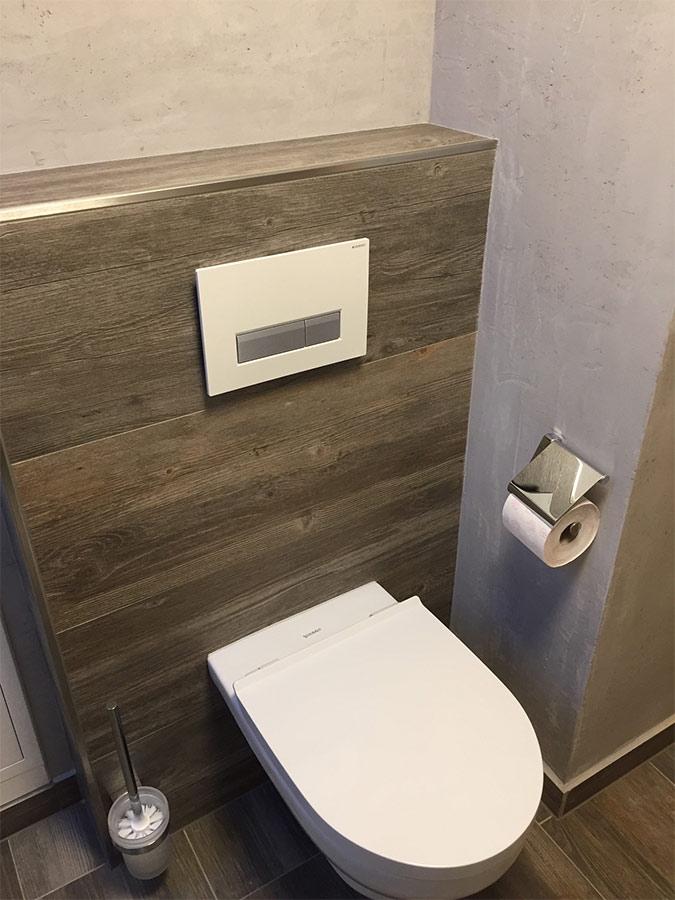 Kleines Gäste-WC mit Holzfliesen