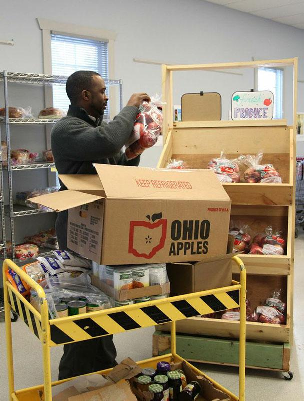 Food+Distribution+Coordinator+Alan+Mitchell+at+Oberlin+Community+Services+stocks+produce+and+nonperishable+items+as+he+prepares+to+serve+food-insecure+Ohioans.