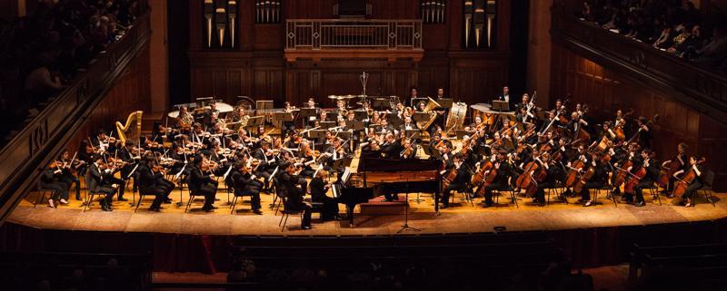 Raphael+Jime%CC%81nez+conducts+the+Oberlin+Orchestra+in+Finney+Chapel+Saturday.+The+Orchestra%E2%80%99s+program+featured+Rachmaninoff%E2%80%99s+Piano+Concerto+No.+2+in+C+Minor+and+Professor+of+Composition+Stephen+Hartke%E2%80%99s+Symphony+No.+4.