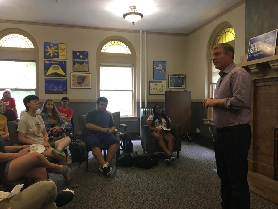 Democratic+congressional+candidate+Ken+Harbaugh+spoke+with+students+at+a+gathering+in+Wilder+Hall%2C+room+112+last+Friday%2C+Sept.+7.+Harbaugh+%E2%80%94+a+Navy+veteran+and+a+graduate+of+Duke+and+Yale+Universities+%E2%80%94+is+running+to+unseat+Republican+Bob+Gibbs+in+Ohio%E2%80%99s+seventh+congressional+district.+While+Oberlin+is+in+the+fourth+district%2C+currently+represented+by+Republican+Jim+Jordan%2C+several+Oberlin+students+have+begun+internships+with+the+Harbaugh+campaign+that+they+will+carry+out+through+Election+Day+on+Nov.+6.+Harbaugh+is+among+many+Democrats%2C+both+in+Ohio+and+nationwide%2C+who+are+running+competitive+races+in+traditionally+Republican+districts+%E2%80%94+including+Democrat+Janet+Garrett%2C+an+Oberlin+resident+who+is+challenging+Jim+Jordan%E2%80%99s+seat.