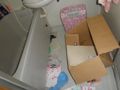 浴室も物置化しているゴミ屋敷での不用品回収作業