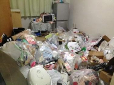 茨木市のゴミ屋敷 ゴミ袋から漏れる悪臭が漂う部屋