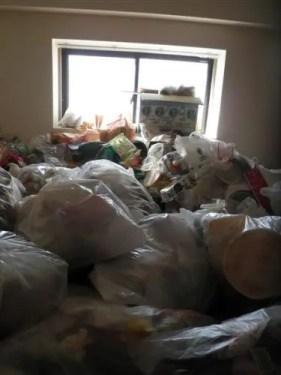 ゴミが山積みにされ、窓の高さまで到達した東淀川区のゴミ屋敷