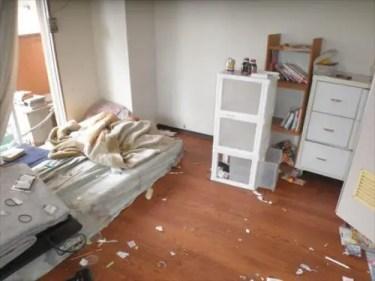 ゴミが散乱した大阪市西区の汚部屋の片付け作業