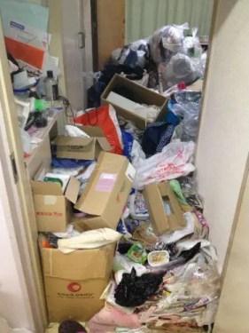 茨木市のゴミ屋敷片付け 玄関からビッシリとすき間なく詰まった不要品とゴミのミルフィーユ