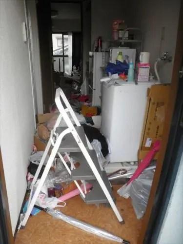 玄関からモノで荒れ放題の東大阪の汚部屋