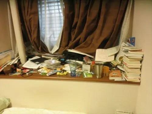 窓際に積まれた書籍や書類で開閉すら出来ない窓