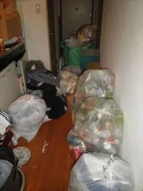 来客の予定にも関わらず、廊下から玄関までゴミが散らかった部屋