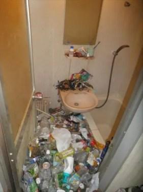 バスルームまで不用品で溢れたゴミ屋敷を片付ける 大阪のトリプルエス
