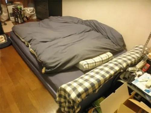 不用品のすっかりクタクタになった古いベッド