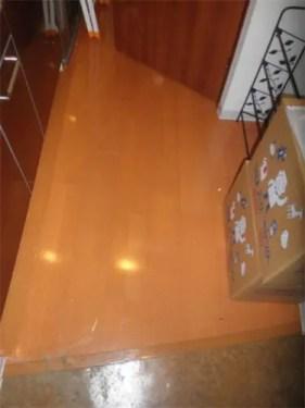 不用品ゴミがキレイに片付いたキッチンの床